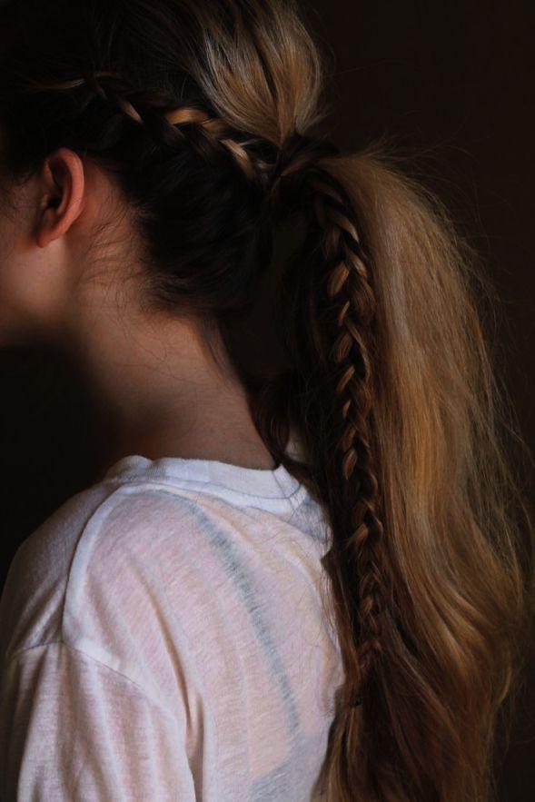 Стильный хвост с вплетеной косой фото