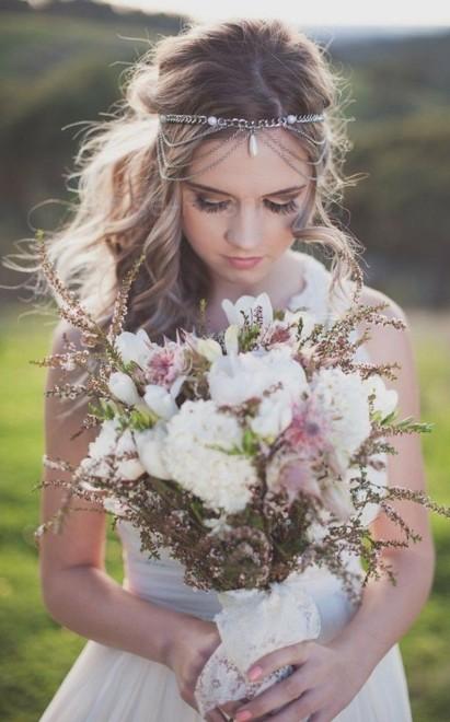Стильная прическа с цветами и диадемой фото