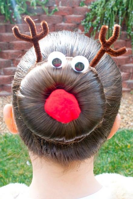 Также вы можете украсить пучок у основания заплетённой косой. Очень оригинально можно украсить пучок с помощью нескольких простых предметов в виде оленя. Вам нежно будет заранее прикупить глаза и рожки. Но такой вар