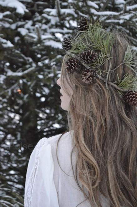 Новый год это праздник, который просто требует блеска и шика, поэтому не бойтесь надевать на причёски украшения.
