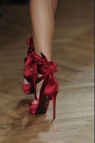 Красные туфли на танкетке с бантами фото