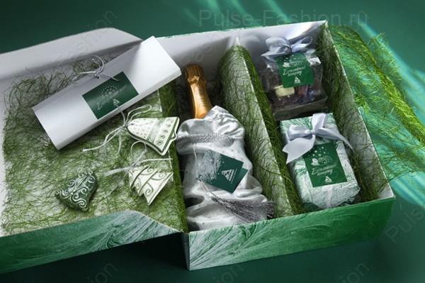 подарочный набор состоящий из шампанского, конфет и новогодних игрушек